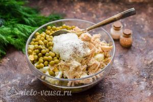 Салат «Столичный» с курицей: Добавляем майонез в салат