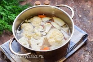 Суп-пюре из цветной капусты: Добавляем бульон и отправляем на плиту