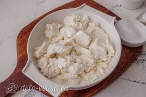 Сырники по Дюкану с отрубями: Добавляем творог в миску