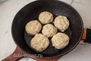 Сырники по Дюкану с отрубями: Формируем сырники и жарим их на сковороде