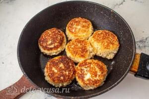 Сырники по Дюкану с отрубями: Жарим сырники на сковороде