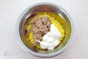 Яйца фаршированные печенью трески: Соединяем желтки, печень трески и майонез