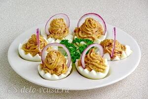 Яйца фаршированные печенью трески готовы