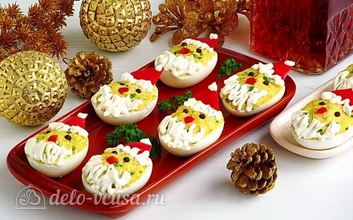 Фаршированные яйца с сыром «Дед мороз»