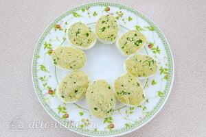 Фаршированные яйца с сыром «Дед мороз»: Начиняем яйца сыром с чесноком и зеленью
