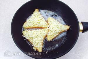 Горячие бутерброды с сыром по-французски: Обмакиваем ломтики хлеба я яичную массу и кладем на сковороду