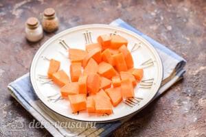 Морковный суп-пюре со сливками: Чистим и режем морковь