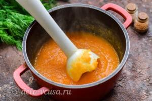 Морковный суп-пюре со сливками: Измельчаем овощи блендером