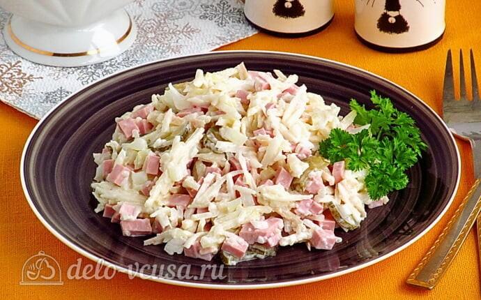Простой салат с солеными огурцами, колбасой и яблоками