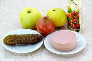 Простой салат с солеными огурцами, колбасой и яблоками: Ингредиенты