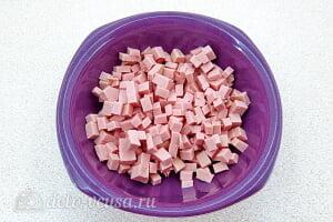 Простой салат с солеными огурцами, колбасой и яблоками: Режем вареную колбасу кубиками