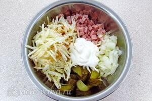 Простой салат с солеными огурцами, колбасой и яблоками: Соединяем все ингредиенты