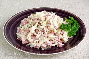 Простой салат с солеными огурцами, колбасой и яблоками готов