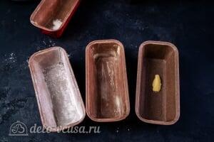 Рождественский кекс с цукатами и коньяком: Смазываем формы маслом и посыпаем мукой