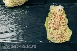 Фаршированная пекинская капуста на закуску: Смазываем капустный лист салатной начинкой