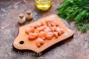 Салат с красной рыбой «Три мушкетера»: Режем красную рыбу