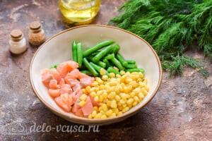 Салат с красной рыбой «Три мушкетера»: Добавляем консервированную кукурузу