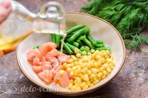 Салат с красной рыбой «Три мушкетера»: Заправляем салат маслом и специями