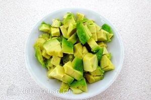 Яичный салат с авокадо: Чистм авокадо и режем кубиками