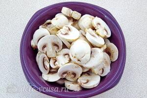 Запеченные кальмары с грибами в сметане: Шампиньоны режем пластинками