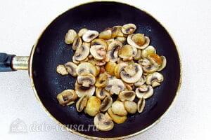 Запеченные кальмары с грибами в сметане: Обжариваем шампиньоны на сковороде