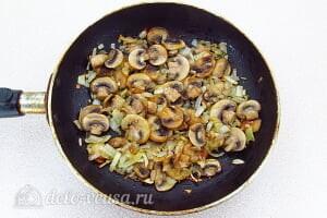 Запеченные кальмары с грибами в сметане: Обжариваем грибы вместе с луком