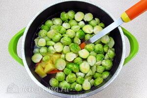 Грибной суп с брюссельской капустой: Отправляем капусту и картошку в кастрюлю с водой
