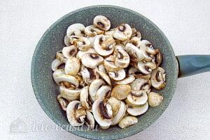 Грибной суп с брюссельской капустой: Режем шампиньоны и отправляем на сковороду