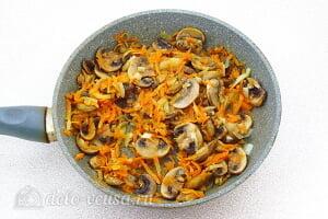 Грибной суп с брюссельской капустой: Жарим овощи до румяного цвета