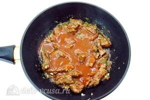 Говяжья печень по-восточному: Добавляем соус к печени