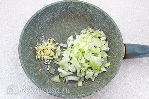 Овсяная каша из цельного зерна с луком в мультиварке: Жарим лук и чеснок на сковороде