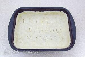 Песочный пирог с черносливом и сметаной: Раскатываем тесто в форме и отправляем в холодильник
