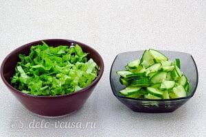 Салат из черной редьки «Зимняя свежесть»: Режем огурцы и зеленый салат