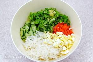 Салат из черной редьки «Зимняя свежесть»: Соединяем овощи и яйца