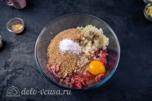 Шведские фрикадельки как в ИКЕА: Добавляем панировочные сухари, яйцо, молоко и специи