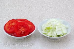 Яичная запеканка с помидорами и сыром: Режем помидоры и лук