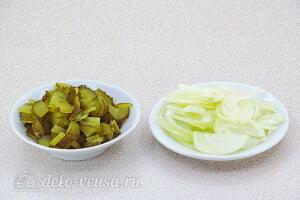 Салат из свеклы с соленым огурцом и яблоком: Режем солёные огурцы и лук