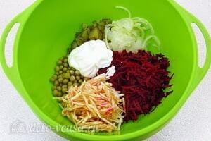Салат из свеклы с соленым огурцом и яблоком6 Соединяем все ингредиенты для салата
