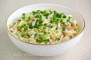 Салат с кальмарами и пекинской капустой готов