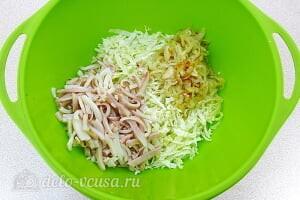 Салат с кальмарами и пекинской капустой: Добавляем к капусте кальмаров и лук