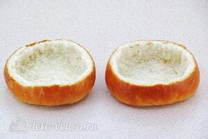 Жульен из шампиньонов в булочке: Удаляем мякиш у булочек