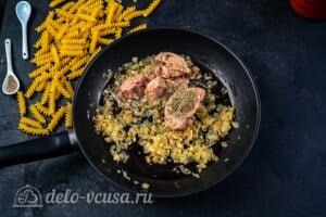 Паста с тунцом в томатном соусе: Жарим лук и добавляем к нему консервы тунца