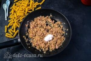 Паста с тунцом в томатном соусе: Перемешиваем и добавляем соль