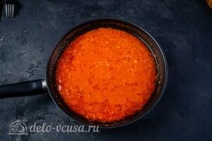 Паста с тунцом в томатном соусе: Варим соус до готовности