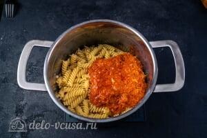 Паста с тунцом в томатном соусе: Добавляем готовый соус к макаронам