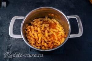 Паста с тунцом в томатном соусе: Перемешиваем соус с макаронами