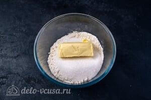Кулич Краффин пасхальный: Соединяем масло, муку и сахар для штрейзеля