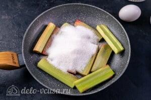 Пирог-перевертыш с ревенем: Добавляем сахар к ревеню