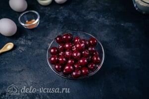 Кексы с вишней: Удаляем из вишни косточки