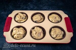 Кексы с вишней: ПЕрекладываем тесто в формочки для маффинов